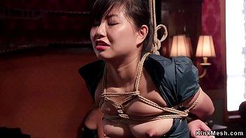 Парнишка увидел в руках спящей женщины игрушку и рискнул ей присунуть поглубже