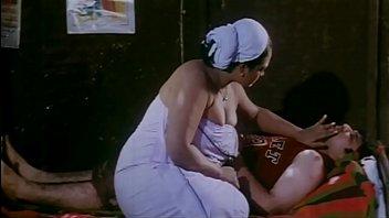 Толстозадая мамуля с крашенными прядями помылась в большой ванной и отсосала кавалеру