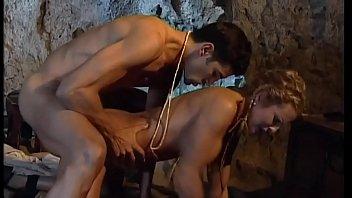 Паренек сношает стоящую в позе раком даму romi rain в раздроченную попку