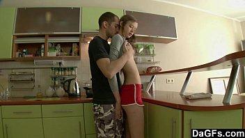Кори чейс с упругими грудями поднимает штангу перед камерой