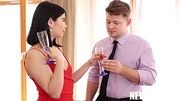 Юноша онанирует волосатую писю жены и записывает процесс большим планом