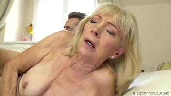 Неудовлетворенная сучка мастурбирует себя на кровати