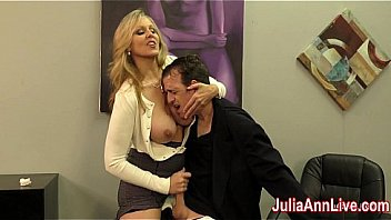 Голая шалава насаживает влагалище и очко на два секс манекена