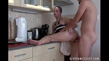 Не молодая тетка с отвисшими грудями мастрбирует манду вибратором