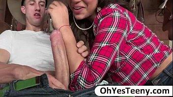 Пышные лезбиянки в чулках балуются с страпон