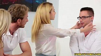 Брюнеточка с интимной стрижкой чпокается с здоровым юношей