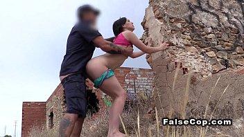 Спортивная шлюха с силиконовыми сисяндрами позирует голышом на порно кастинге
