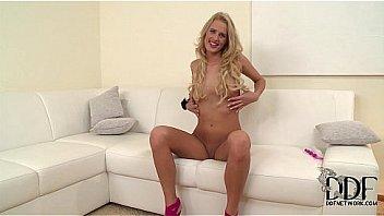 Милая девушка показывает огромную попочку и танцует перед вебкой