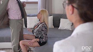 Анальный секс втроем с фут фетишистками в колготочках