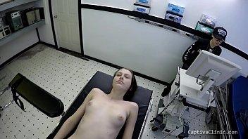 Престарелый работяга зырит на межрасовый секс на крыльце