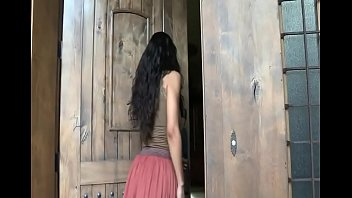 Строгий секс в белоснежной ванной со стонущей девицей