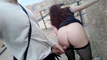 У сеновала девушка отхватила огромный резиновый член в попочку