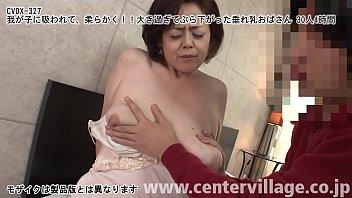 Молодая студенточка ласкает крупный хуй трахаля и принимает заряд на груди