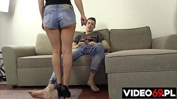 Пара юных девушек возбуждаются от щекотки перед веб-камерой