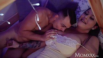Татуированная мать ебется с парнем на порно отборе