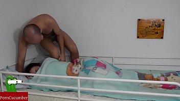 Молодая зрелая брюнетка отрабатывает натурой свой долг с незнакомым самцом