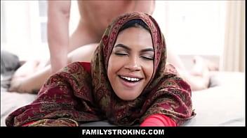 Молодуха с натуральными сисяндрами очень глубоко заглатывает огромный пенис любовника