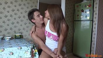 Молодая белокурая шлюха перед вебкой приносит факеру подрочить половую щелочку и порется с ним