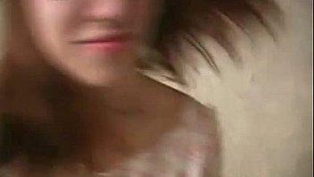 Красотуля мастурбирует бритую пизду пальчиками