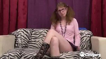 Худенькая японочка в серых трусах облизывает фаллос товарища на диване
