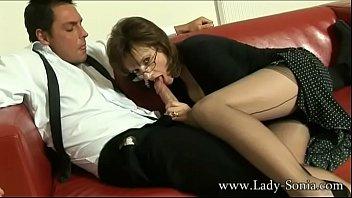 Созрелая старуха с толстой жопой по окончании развода ведет стримы и дрочит манду на вебку