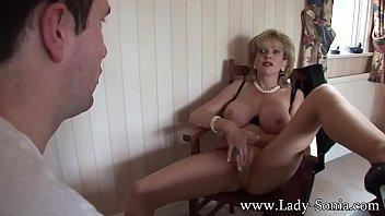 Очаровательная зрелая брюнетка с длинный буфером поскакала на пенисе юного парня