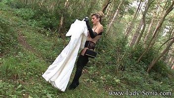 Сексуальная мамочка с натуральными сиськами страпонит стройную любовницу