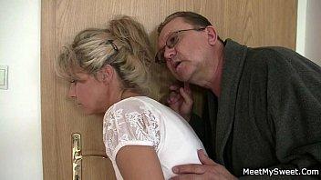 Пацанчик полюбовался спящей супругой и потрогал ее за голый попа